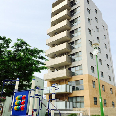 綺麗な10階建てのマンションです。