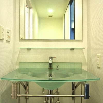 ガラスのすけすけ洗面台。配管などが剥き出しなのもおしゃれ