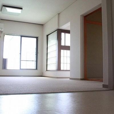 このリビングにたくさんの部屋が隣接しています