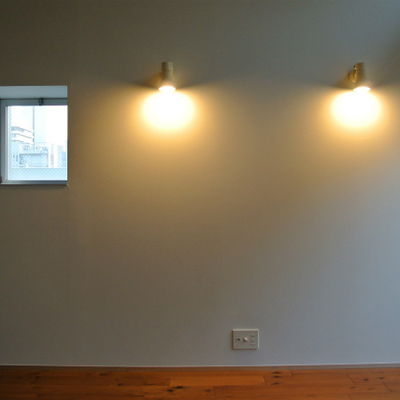 ダウンライトと小さな小窓