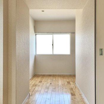 5帖ほどの洋室はお仕事や勉強部屋に。窓の下にデスクを置きたい。※クリーニング前の写真です