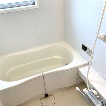 光が入るお風呂はゆったり浸かれるサイズです。※クリーニング前の写真です