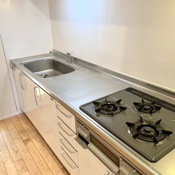グリル付き3口コンロに広いシンクと調理スペース、理想的…!※クリーニング前の写真です