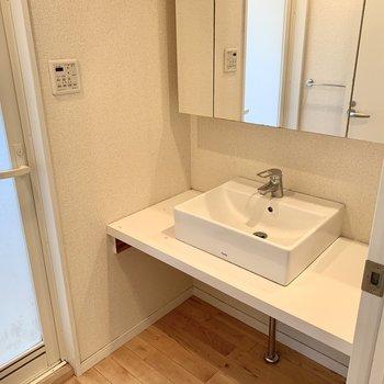 洗面台はすっきり広々!三面鏡の裏は収納になっています。※クリーニング前の写真です
