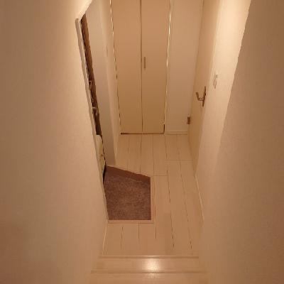 玄関からステップフロアを昇ります