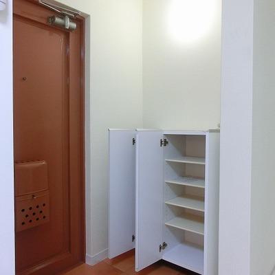 玄関先にはタイルが敷かれてあり、靴箱収納もあります!