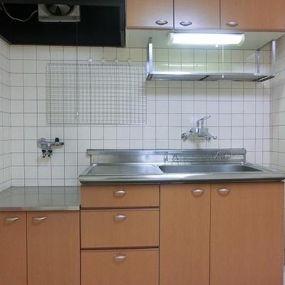 キッチン用具も吊るせる壁掛け付いています
