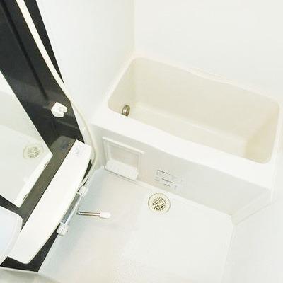 お風呂はコンパクトですが、トイレと別なのは嬉しい点※写真は別部屋です