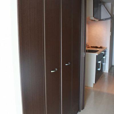 廊下部分にキッチンとクローゼット※写真は別部屋です