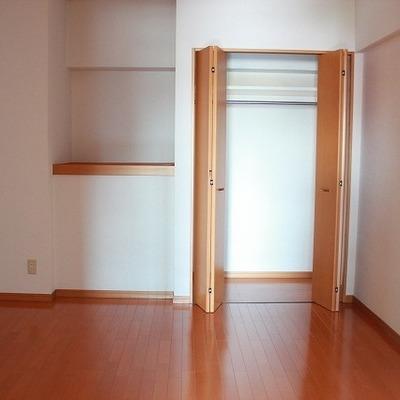 洋室間にもクローゼットとちょっとした棚が