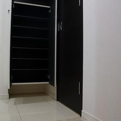 ベリアフリーな玄関、それに正面にはシューズボックス