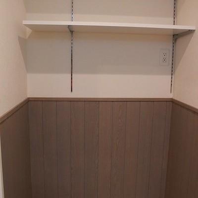 洗濯機置場の上には棚も!