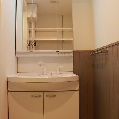 洗面台周りの壁がかわいい