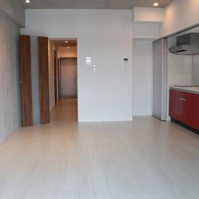 赤いキッチンとコンクリートのバランスが素敵です!