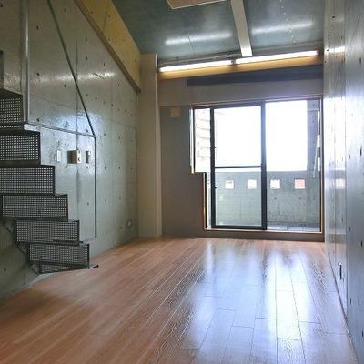 空色に塗られたコンクリートが柔らかな印象のメゾネット部屋