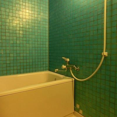 エメラルドグリーがお洒落なバスルームはガラス扉です!