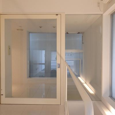 大きいガラス張りの扉があります