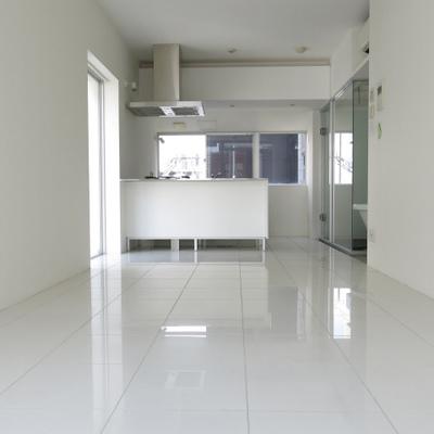 白くまっすぐな空間。(※写真は6階反転間取り別部屋のものです)