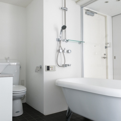 浴室内部です。黒いタイルがかっこいい。(※写真は6階反転間取り別部屋のものです)