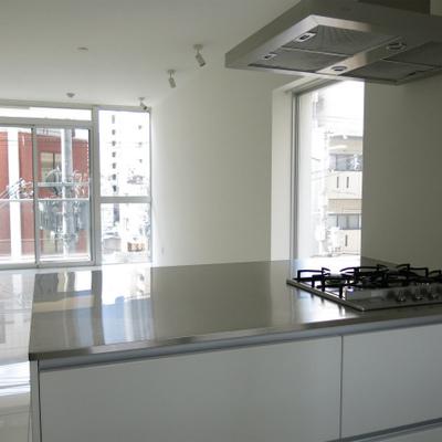カウンターキッチンから自慢のお部屋を眺めましょう。(※写真は6階反転間取り別部屋のものです)