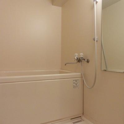 清潔感のあるシンプルなお風呂です