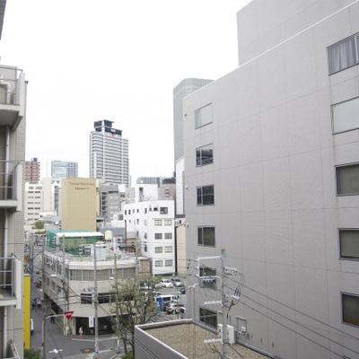 都会のビル群の見える風景です