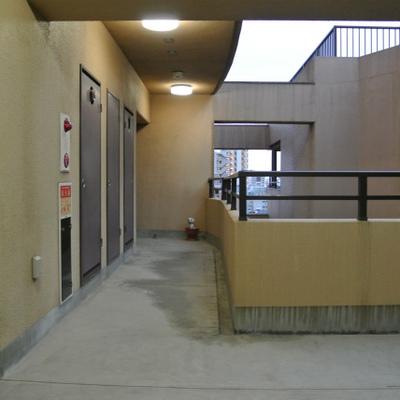共有廊下も開放的です