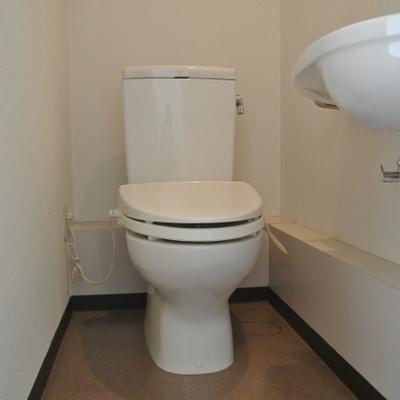トイレはすっきりシンプル※写真は別部屋