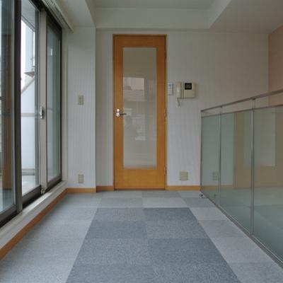2階へ。もこもこのカーペットフローリング※写真は別部屋