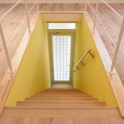 インパクト大の黄色い壁!