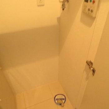 玄関横には洗濯機置き場が