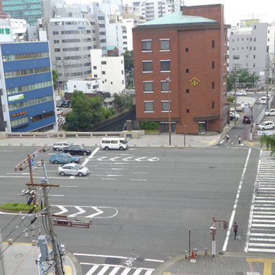 大通りのすぐ近く。