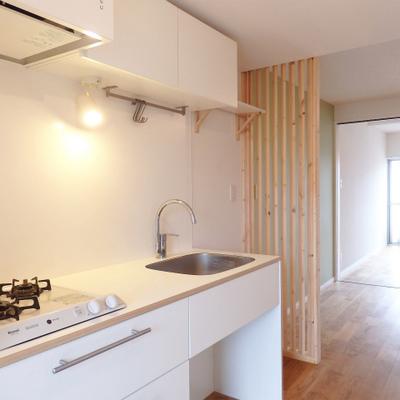 オリジナルのホワイトキッチン。調理スペース広々! ※写真は前回募集時のもの