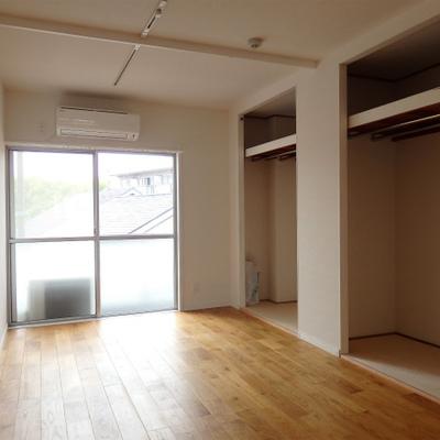 寝室。巨大なオープンタイプの収納が2つ。扉が邪魔になりませんね ※写真は前回募集時のもの
