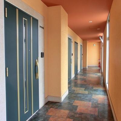 明るい玄関前の廊下です