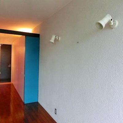 質感のある壁にスポットライト。※写真は別部屋
