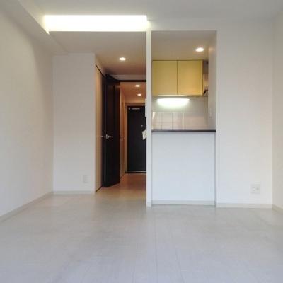 白を基調とした清潔感のあるお部屋。