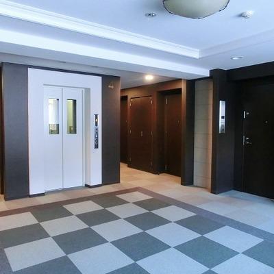 絨毯の敷かれたエレベーターホール