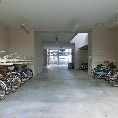 駐輪、奥には駐車スペースございます
