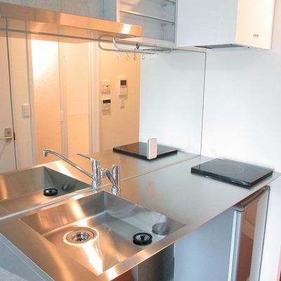 キッチンが洗面台代わりです。正面がすべて鏡になっています。(※写真は前回募集時のものです)