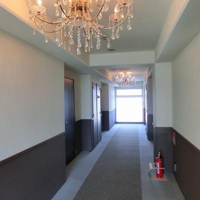 エレベーターを降りた廊下には豪華にシャンデリア!※画像は11階