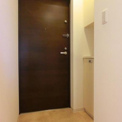 飾り棚付きが嬉しい靴箱のある広めの玄関です※画像は11階