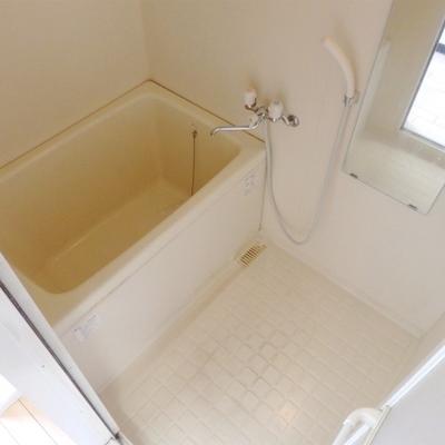 お風呂は手狭ですね。