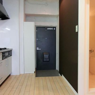 玄関の廊下の幅があり広さに余裕があり※写真は別部屋です