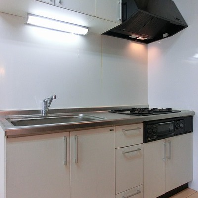 シンクも広い3口コンロのキッチン※写真は別部屋です