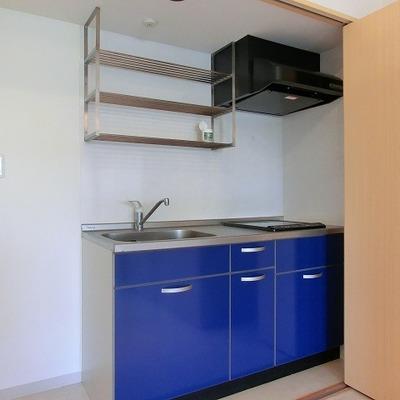ブルーのキッチンは2口IH、目隠し扉で生活感を隠しましょう