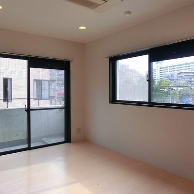 洋室9帖の小窓は南向き※写真は201号室