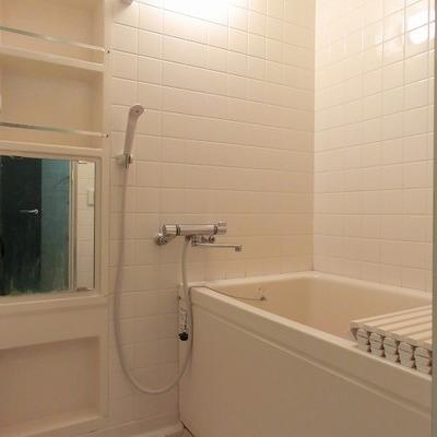 白いタイルのバスルーム※写真は201号室