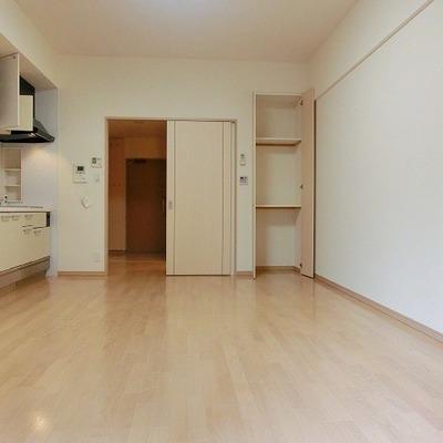 右のスペースは何を置こうかな~?※写真は別部屋です。