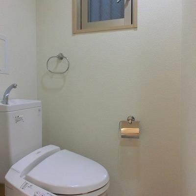 小窓付きのウォシュレットトイレ※写真は別部屋です。